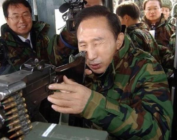 이명박 군대 군인 조준 미필 견착 눈깔